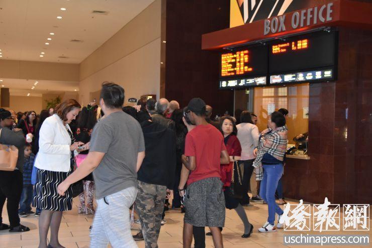 人们排队购票,等待进场观影 (侨报记者陈琳摄)