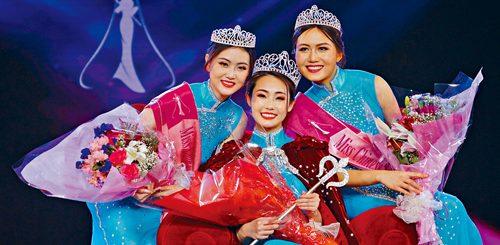 2018年美國華裔小姐競選25日晚在金神賭場圓滿結束。圖為冠軍吳雅珠,亞軍石維雯及季軍張博怡合影。