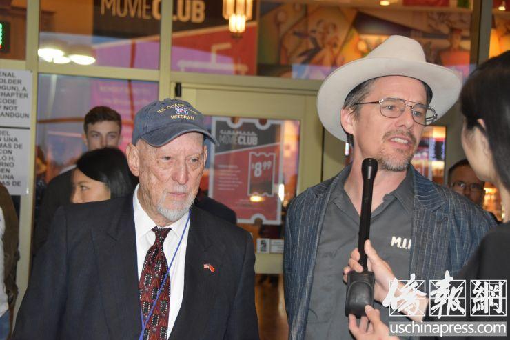 电影节主席亨特.托德(图左)和美国影星伊桑.霍克(图右)在现场接受采访 (侨报记者陈琳摄)