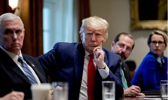 特朗普称为防感染从不摸脸 下一秒就被啪啪打脸...