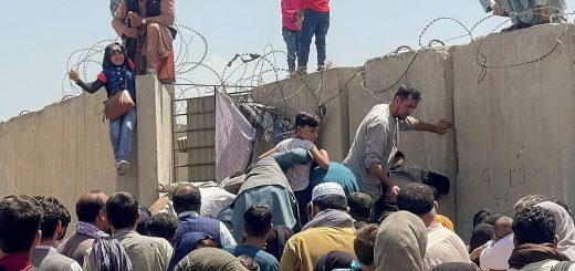 现场! 阿富汗人挤爆机场 不要命狂扒飞机! 碾毙 坠机 中弹至少8死! 拜登终于发声!